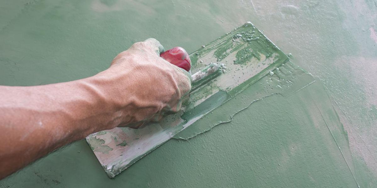 Rinnovare le pareti applicando una resina sulle piastrelle