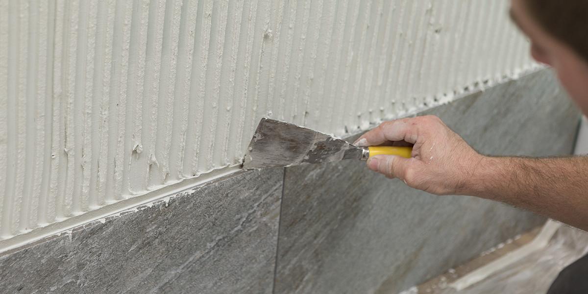 Posare le piastrelle da rivestimento e i mosaici decorativi - Come posare piastrelle bagno ...