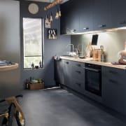 Cucina nera opaca e legno chiaro