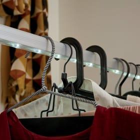 Per organizzare il guardaroba, scegli le grucce a seconda dei capi