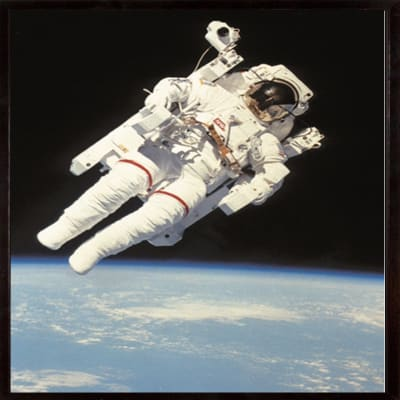 Stampa incorniciata Floating in space 30 x 40 cm