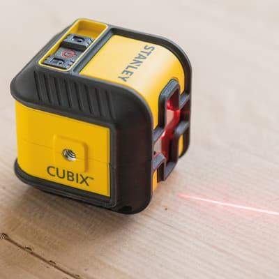 Livella laser Stanley Cubix, colore rosso, raggio d'azione 12 m, autolivellante
